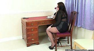 British milf Jessica Jay gives her mature pussy a treat